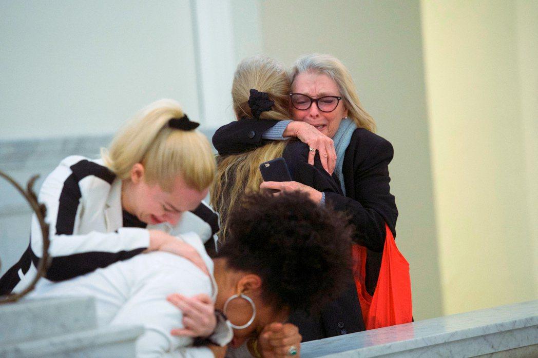 2018年法院判決「寇斯比性侵有罪」的當下,情緒激動的受害者Lili Berna...