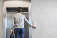 為何共用電梯易被感染?醫:不是不碰按鈕就沒事