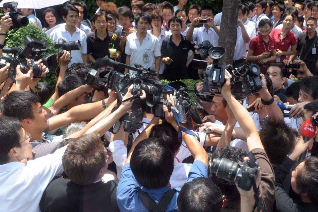 2010年5月,富士康發生第11起員工跳樓事件后,郭台銘26日上午現身深圳廠區。 圖/中新社