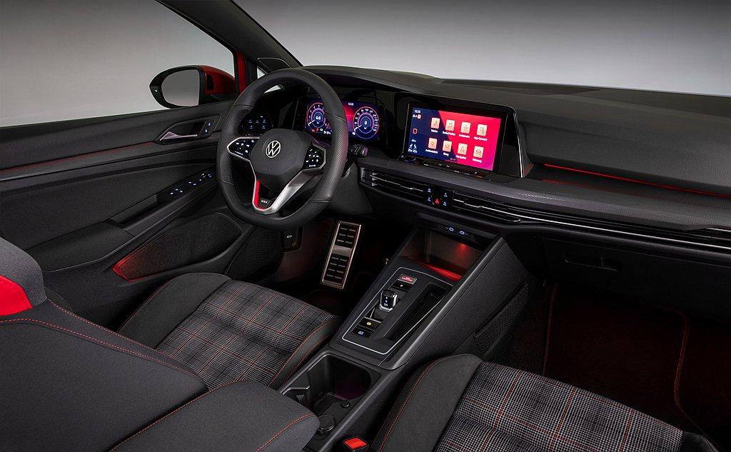 福斯Golf 8 GTI車室展現跑格靈魂,包含GTI專屬三幅式運動化真皮多功能運...