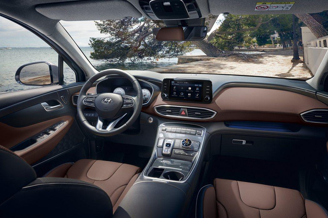 小改款Hyundai Santa Fe T-shaped控台設計搭配高質感深棕雙...