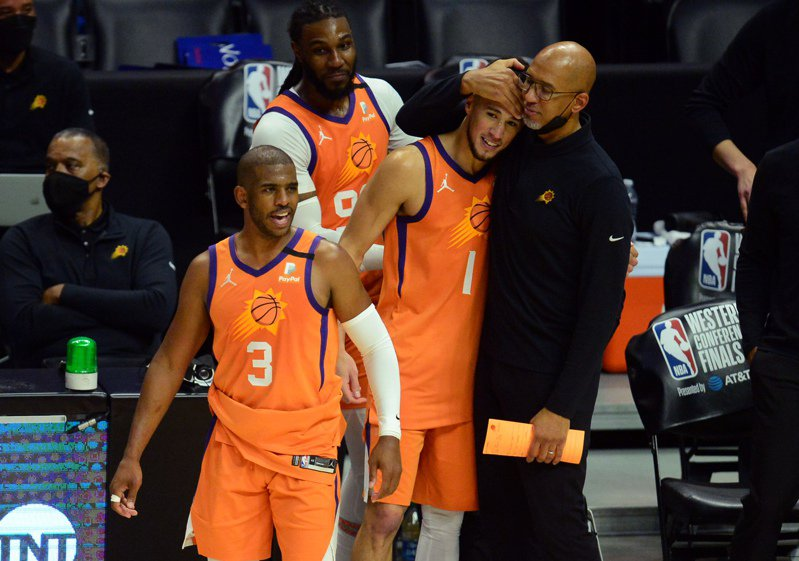 BASKETBALL-NBA-LAC-PHX/:NBA: Playoffs-Phoenix Suns at Los Angeles Clippers Jun 30, 2021; Los Angeles, California, USA; Phoenix Suns guard Chris Paul (3) guard Devin Booker (1) head coach Monty Williams and forward Jae Crowder (99) celebrate the 130-103 series victory against the Los Angeles Clippers in game six of the Western Conference Finals for the 2021 NBA Playoffs at Staples Center. Mandatory Credit: Gary A. Vasquez-USA TODAY Sports 路透社