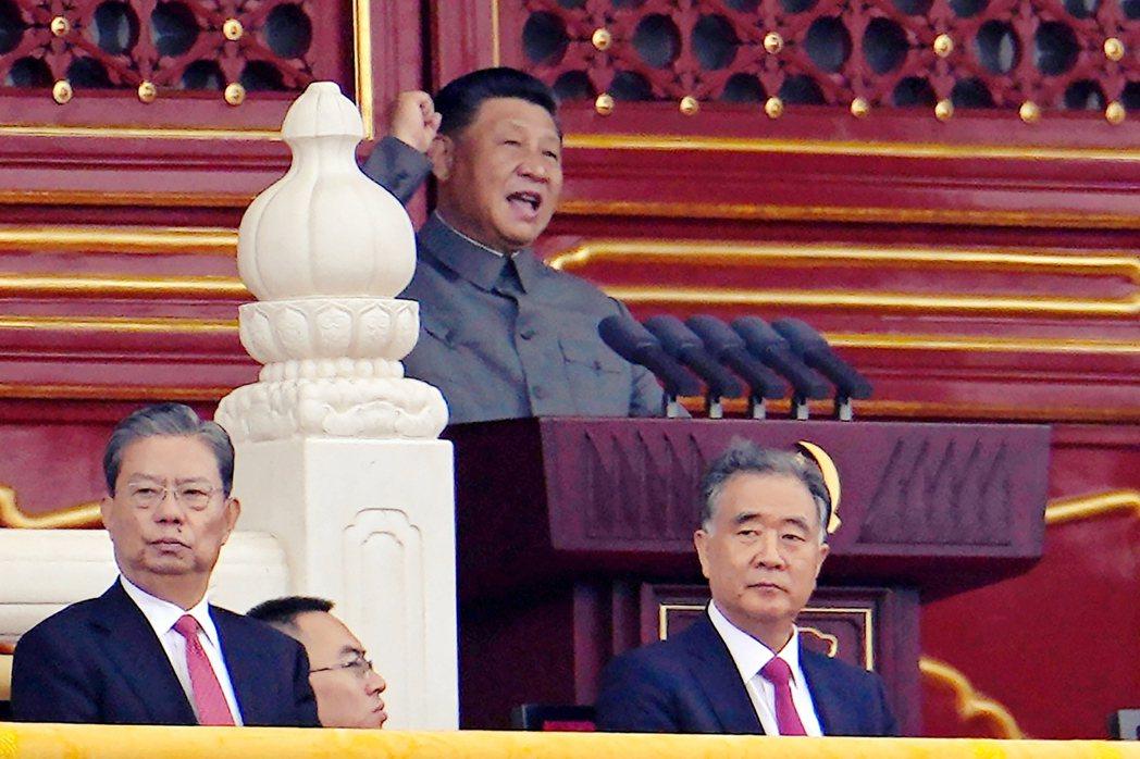 身著灰色中山裝,被認為穿著打扮上酷似毛澤東的習近平,坐在天安門城樓上觀看典禮。 ...