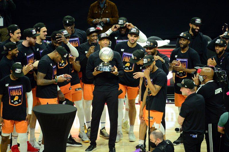 太陽主帥威廉斯(Monty Williams)捧起西區冠軍獎盃。 路透社
