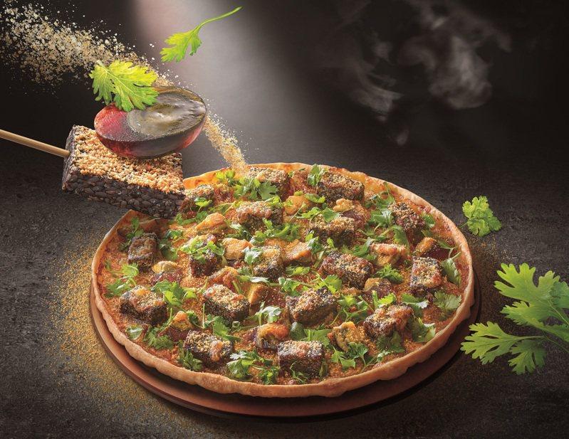 必勝客近期推出「香菜皮蛋豬血糕比薩」,引發網友討論。圖/必勝客提供