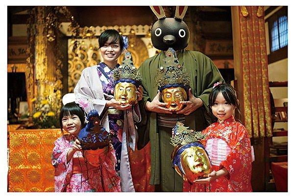 林氏璧(右二)與妻女常到日本旅遊,並在部落格分享出遊情報,提供「懶人包」讓旅人做...