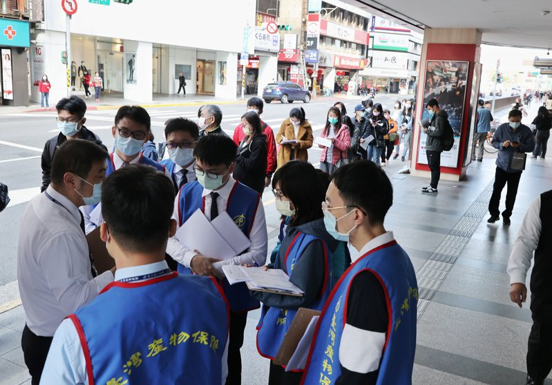 台灣產物保險推出防疫保單,吸引大批民眾前往排隊投保,隊伍一路從台北館前路到南陽街四百公尺長,台產險動員幾乎所有員工處理人流。記者曾原信/攝影