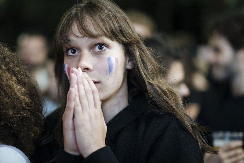 Delta變異病毒來勢洶洶,專家示警法國可能出現第4波疫情。圖為巴黎一名女子在歐洲足球錦標賽時觀賽情景。美聯社