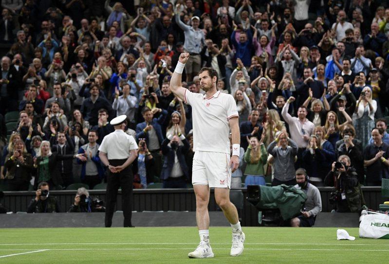 前球王墨瑞歷經五盤大戰逆轉勝,闖進溫布頓網球錦標賽男單第3輪。 路透社