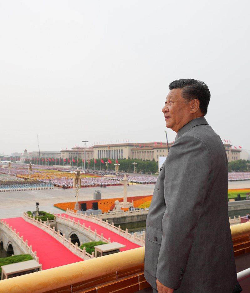 慶祝中國共產黨成立100週年大會7月1日上午在北京天安門廣場隆重舉行。中共中央總書記、國家主席、中央軍委主席習近平發表重要講話。這是習近平在天安門城樓上。    (新華社)