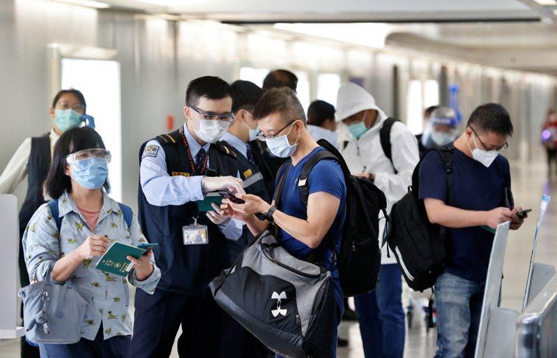圖為日前入境旅客在桃園機場進行電子簡易申報資料核實,圖為示意圖,非新聞當事人。記者鄭超文攝影/報系資料照