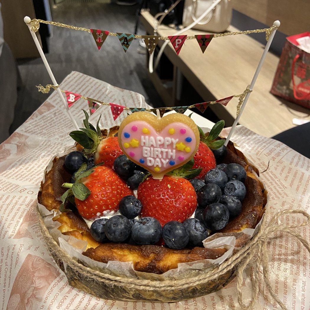 我也喜歡用打發的動物性鮮奶油裝飾上當令的水果,讓蛋糕吃起來更有味覺層次。