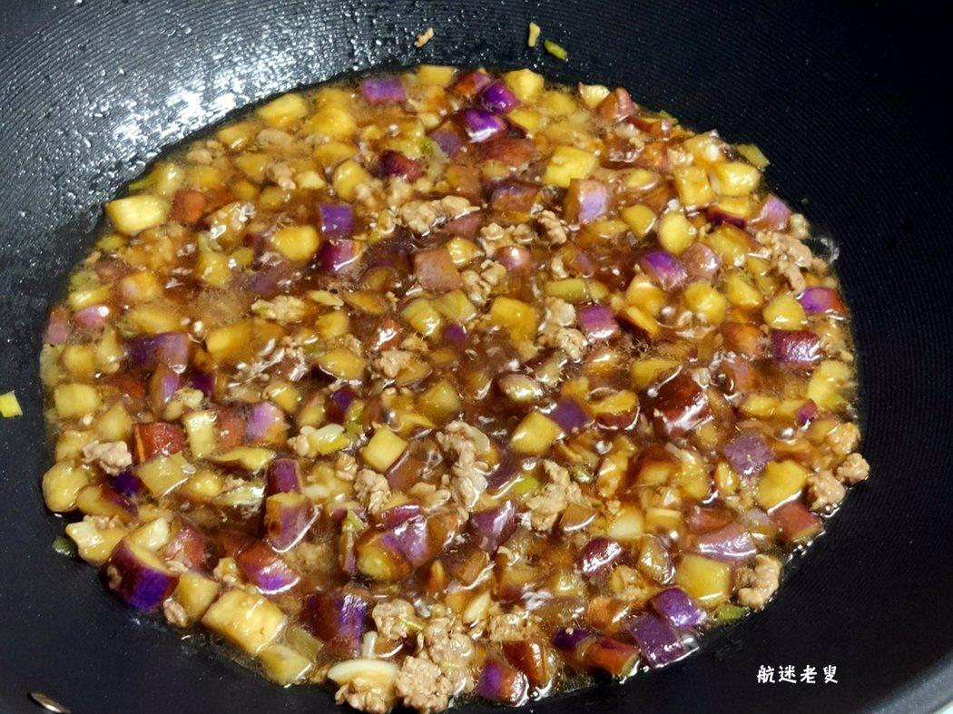 調入醬油翻炒均勻後,視口味放適量鹽略燒,中途翻動。