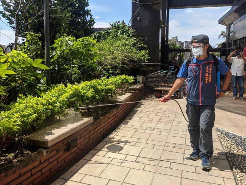 汐止區崇德里長蘇宏杰自己背著機器深入社區消毒,20幾公斤背上身,真的很重。 圖/觀天下有線電視提供