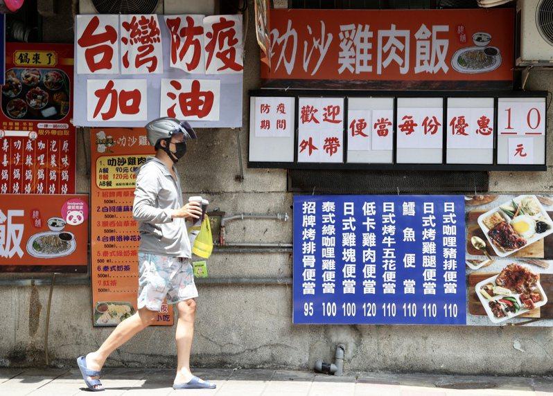 三級警戒一個多月,重創餐飲業者,指揮官陳時中表示,如疫情持續下降,七月十二日後考慮鬆綁餐飲、夜市等管制措施,可能開放內用。記者林俊良/攝影