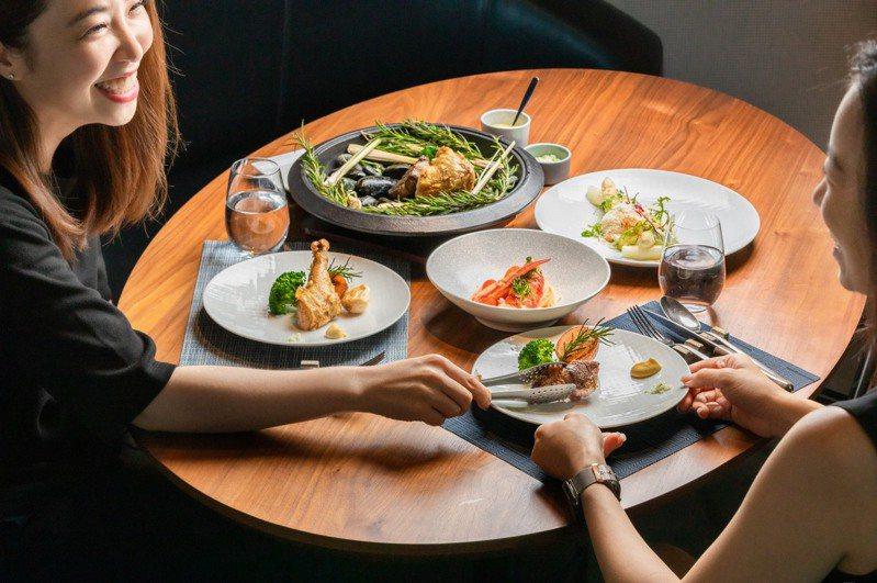 西餐海陸盛宴包含波士頓龍蝦義大利冷麵、碳烤伊比利豬、 碳烤桂丁雞、季節時蔬等,可供2人享用。圖/晶英國際行館提供