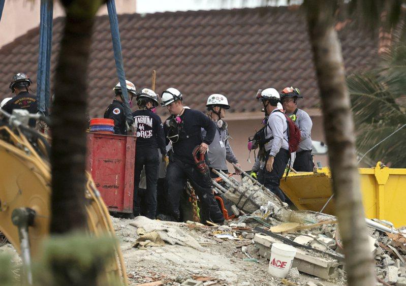 美國佛羅里達州濱海公寓高樓坍塌迄今已近一周,相關救援工作也持續當中。根據救援人員最新透露,目前又在遺骸的瓦礫中發現2具孩童屍體,讓死亡人數增加到18人,另外仍有百餘人生死未卜。美聯社