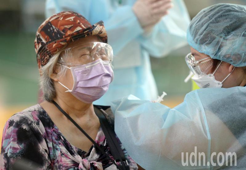 莫德納疫苗今早配送首批,高市 75歲以上長輩下午1點起可先行捕打。記者劉學聖/攝影