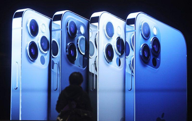蘋果的iPhone 12系列手機,據估計全球銷量已破1億支。中央社