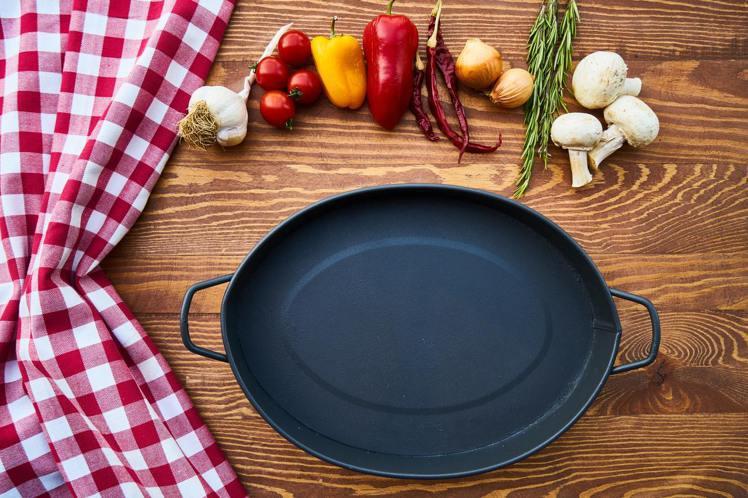 鑄鐵鍋能幫助手殘人煮料理。圖/摘自Pelexs
