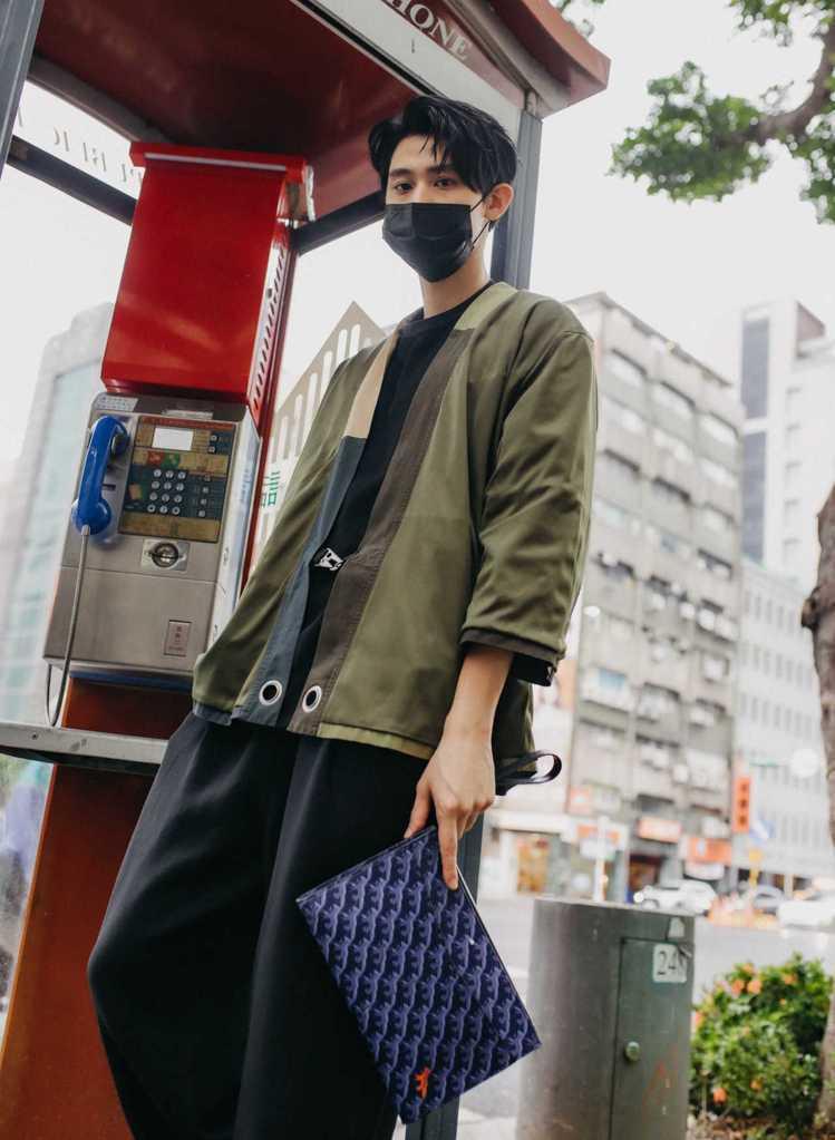 李玉璽在instagram大曬電話亭街拍,手上的Montblanc X Mais...