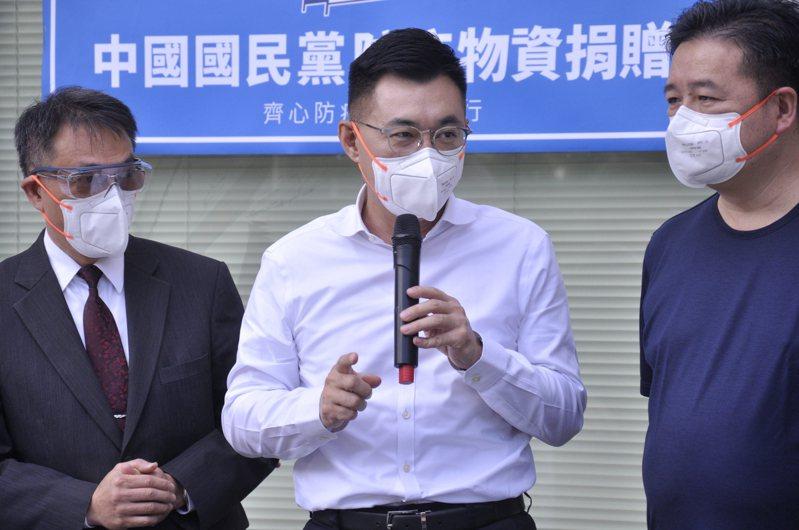 江啟臣(中)稱民進黨是課金戰士,不如把編列要宣傳公投的5700萬拿去買疫苗。記者張哲郢/攝影