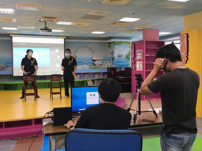 國泰國小辦理的夏日樂學計畫,結合社區大學,透過一教師一助教的方式,以閩語為教學語言,線上教導音樂、戲曲表演和書法。圖/新北市教育局提供