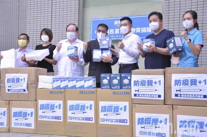 江啟臣(右3)與眾多國民黨籍議員,共同為恩主公醫院捐贈防疫物資。記者張哲郢/攝影