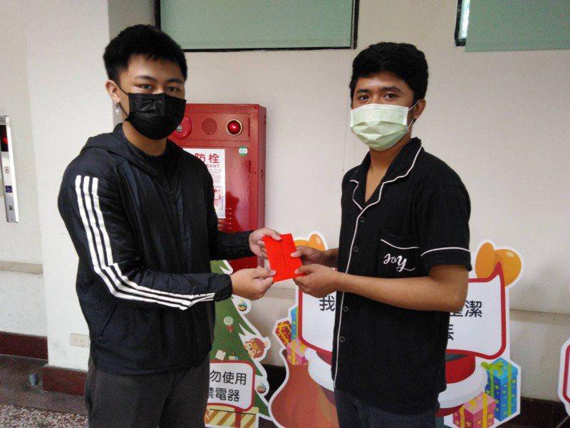 大同技術學院學生會長范育豪,今天發送急難救助金給印尼籍在校學生。記者卜敏正/翻攝