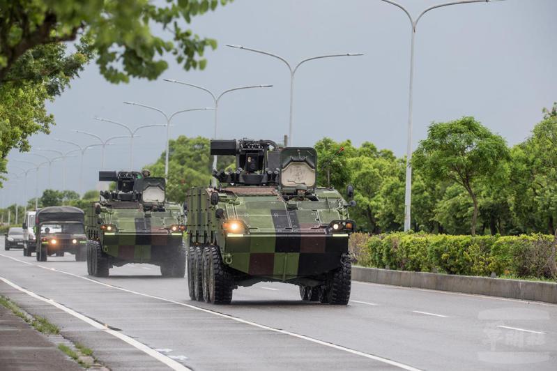 陸軍機步234旅日前進行戰備偵巡訓練,聯兵營所屬雲豹八輪甲車營外機動進入戰術位置。圖/軍聞社