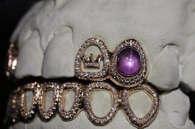 Gabby Elan Jewelry為詹皇訂製的珠寶,上面裝飾詹皇皇冠圖騰。圖/...