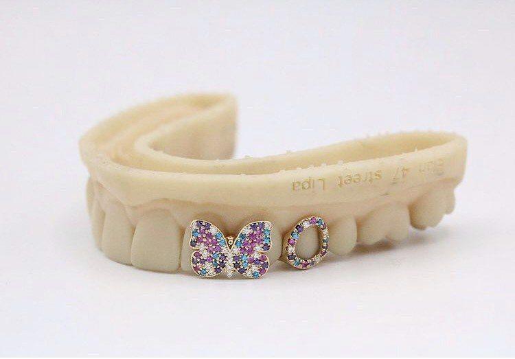 Gabby Elan Jewelry為杜娃黎波訂製的珠寶,彩色蝴蝶是她的標誌。圖...