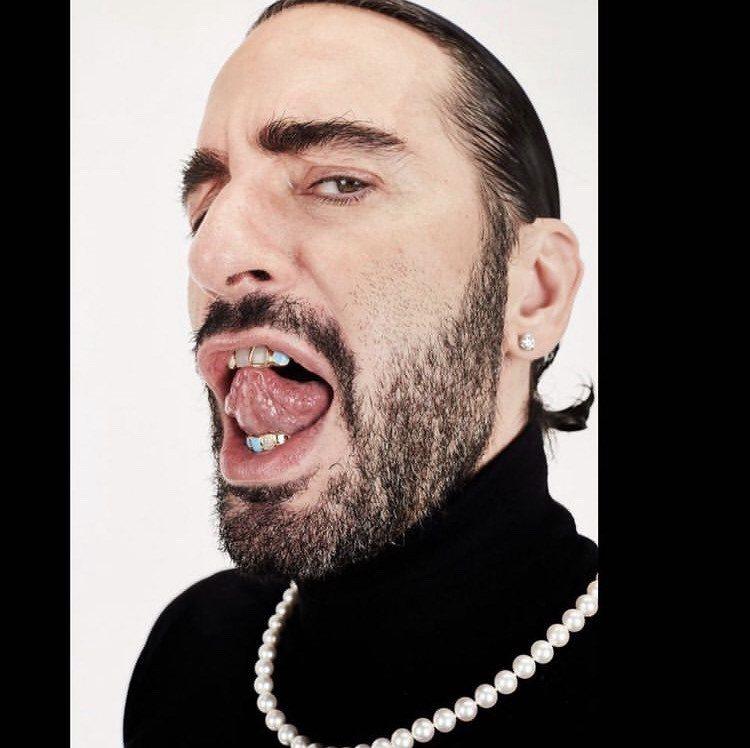 「時尚小馬哥」Marc Jacobs在IG秀出自己的牙齒珠寶。圖/取自IG @t...