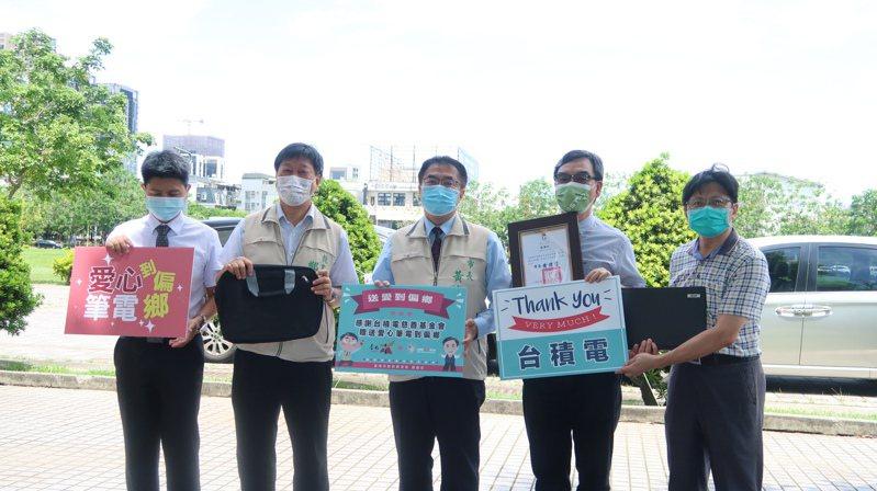台積電慈善基金會今天捐贈200台筆電給台南市偏遠弱勢的優秀學生,由市長黃偉哲(中)受贈。圖/台南市教育局提供