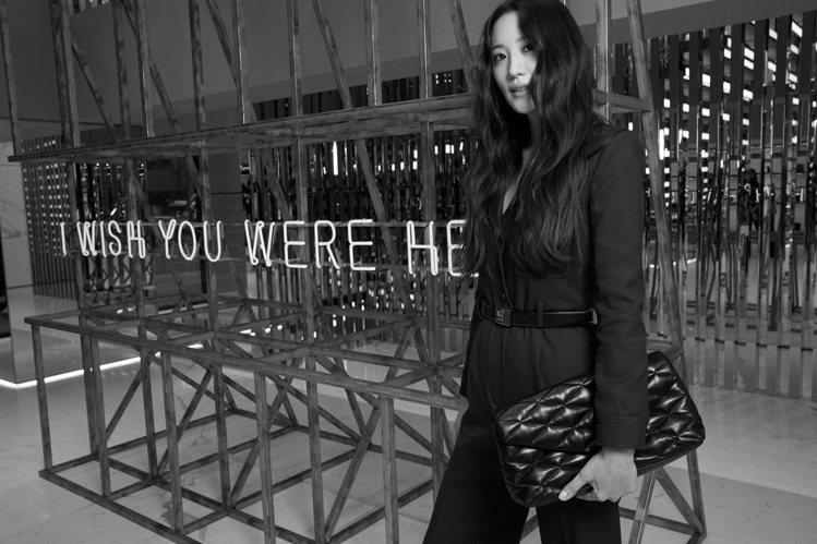 韓國女星金秀賢出席活動時拎Puffer Sade包款。圖/Saint Laure...