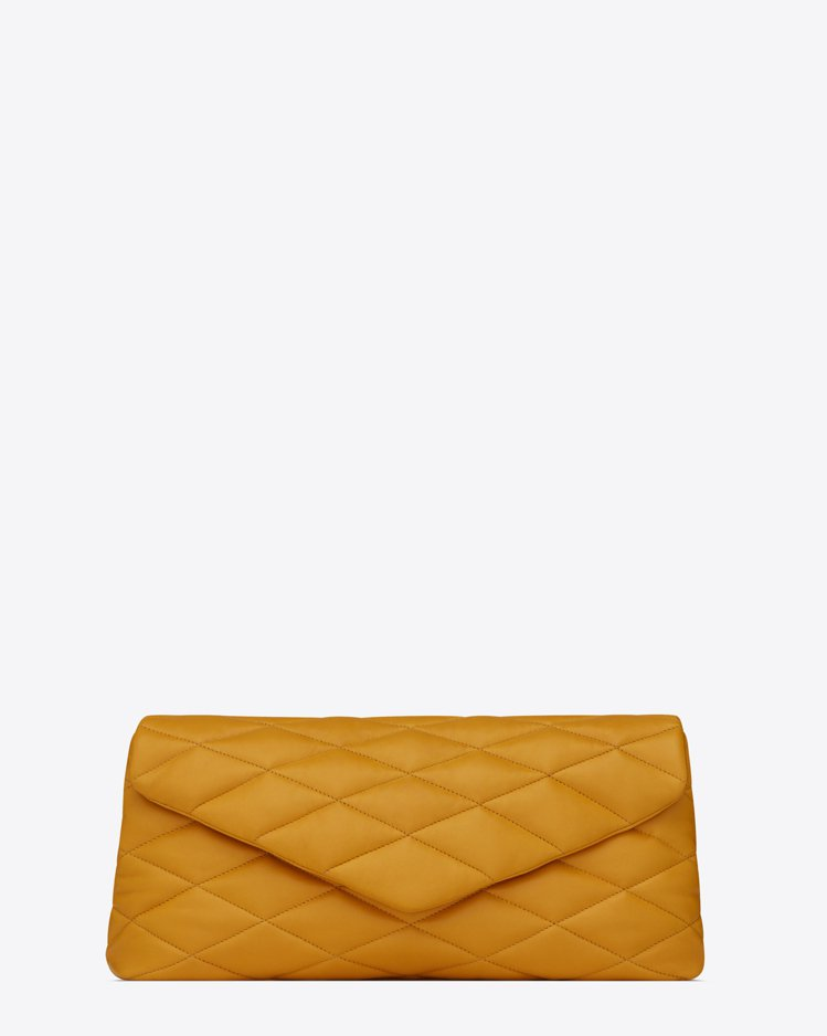 Puffer Sade黃色手拿包,51,300元。圖/Saint Laurent...