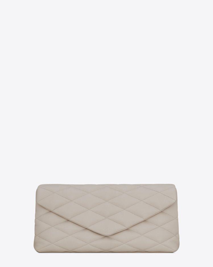Puffer Sade白色手拿包,51,300元。圖/Saint Laurent...
