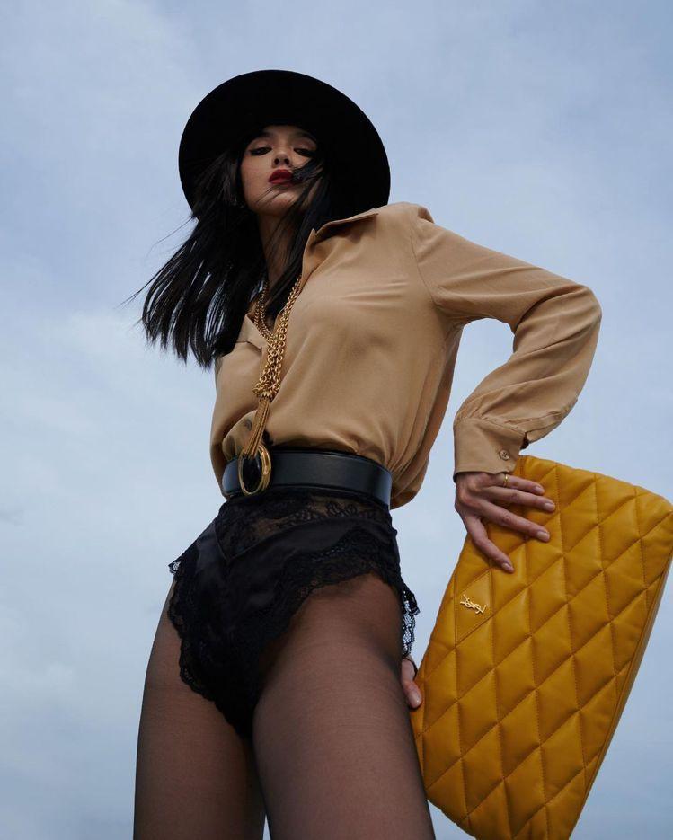 李函以Saint Laurent超性感的高衩蕾絲短褲造型搭配Puffer Sad...