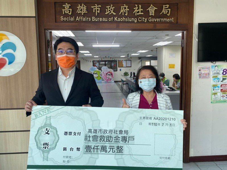 高市議員邱俊憲(左)今早代表慈善團體捐款一千萬給社會局長謝琍琍(右)。圖/市議員邱俊憲提供
