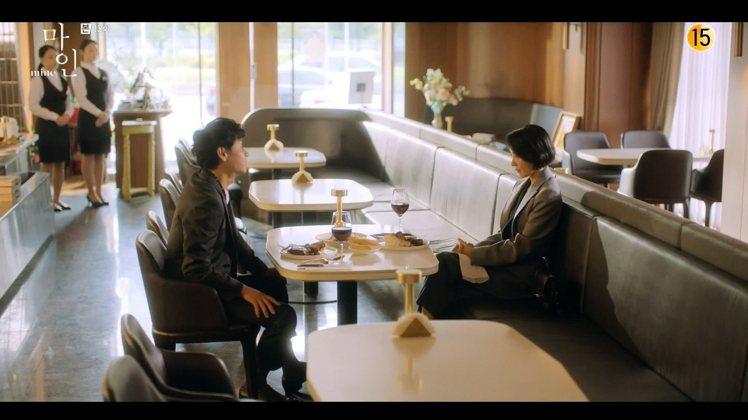 金瑞亨(右)身穿Alexander McQUEEN秋冬系列,搭配品牌經典Stor...