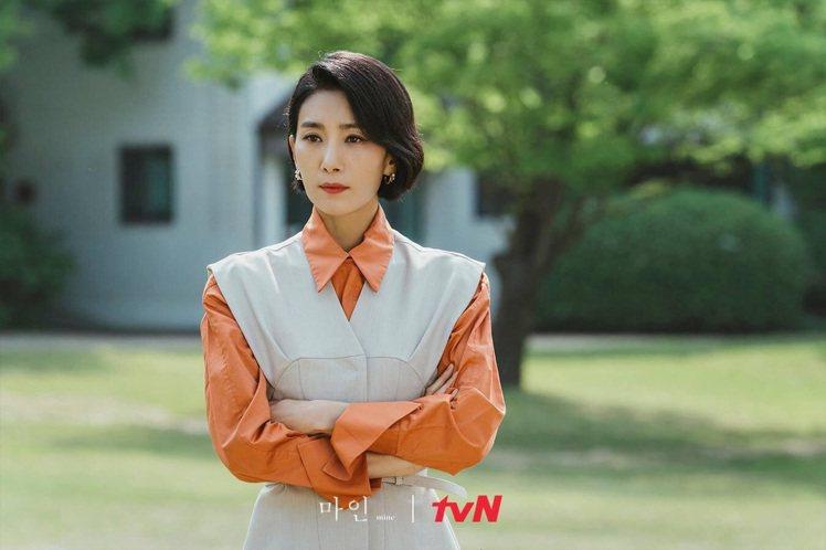 金瑞亨演繹韓國品牌DINT背心與西褲。圖/取自tvN Drama臉書專頁