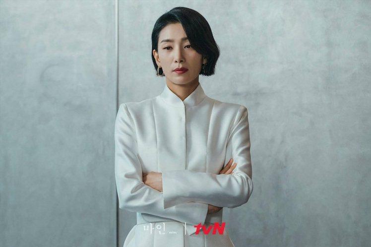 金瑞亨身穿韓國品牌KELLY SHIN時裝,帥氣又霸氣。圖/取自tvN Dram...