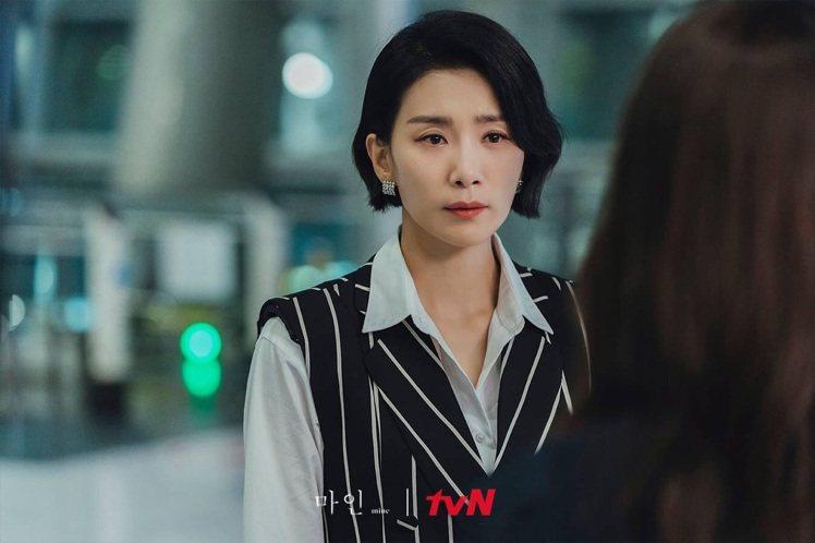 金瑞亨在機場和所愛的藝術家道別時,詮釋韓國品牌DINT背心與西褲。圖/取自tvN...