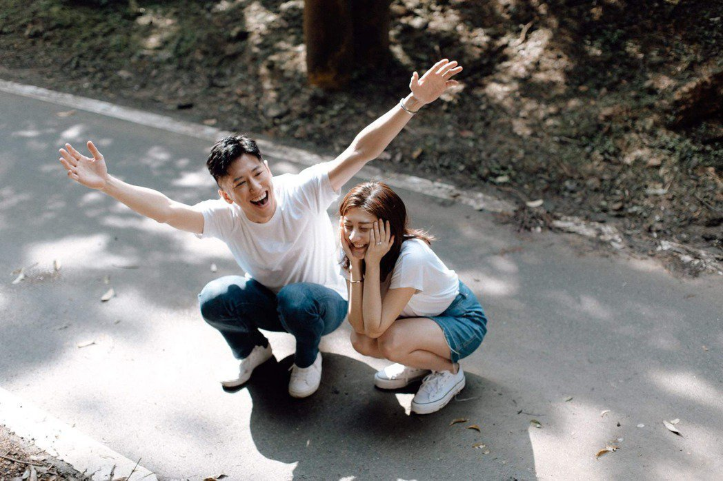 林逸欣(右)和未婚夫Tony的婚宴因疫情緣故暫時延期。圖/旋轉娛樂提供