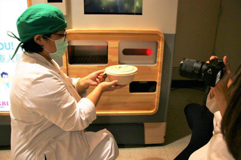 亞東醫院獲贈自動拉麵販賣機,只要45秒就能成功取餐。圖/亞東醫院提供