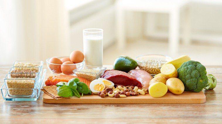 居家防疫健康又享「瘦」,國健署提供「宅而不胖飲食6原則」,避免民眾體重失控,或因肥胖增加染疫後的重症風險。圖/ingimage