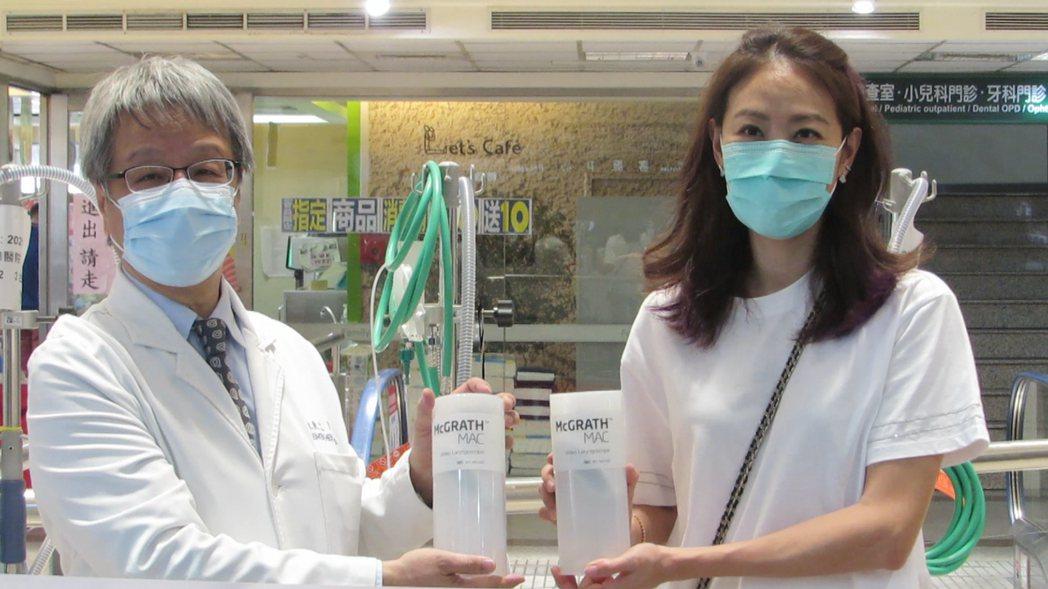 藝人賈永婕今天到苗栗縣頭份市為恭紀念醫院捐贈電子影像喉頭鏡,受到熱烈歡迎。記者范...