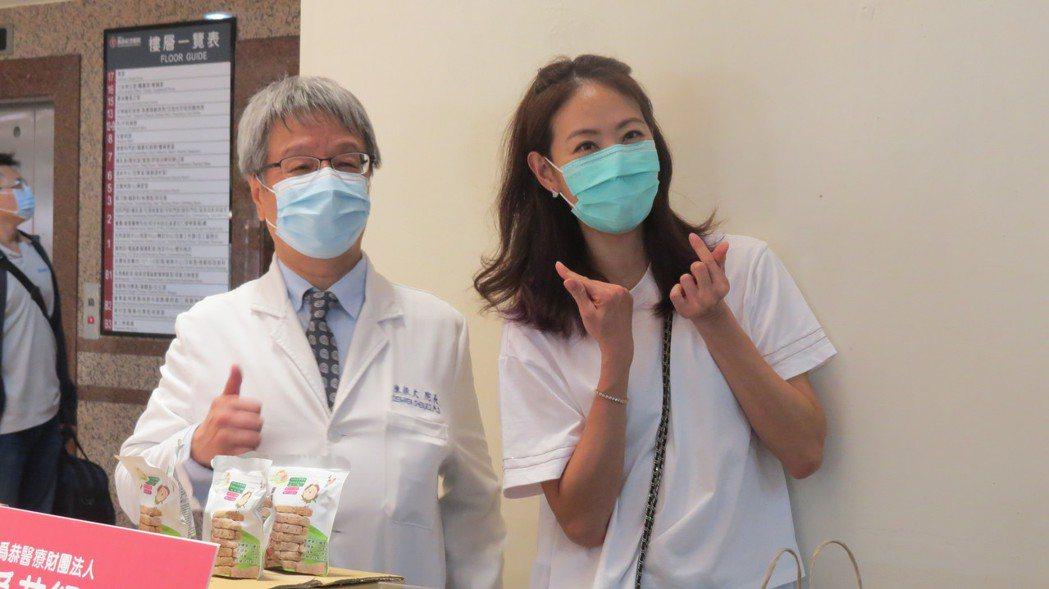 藝人賈永婕今天到苗栗縣頭份市為恭紀念醫院捐贈電子影像喉頭鏡,受到熱烈歡迎,她也親...