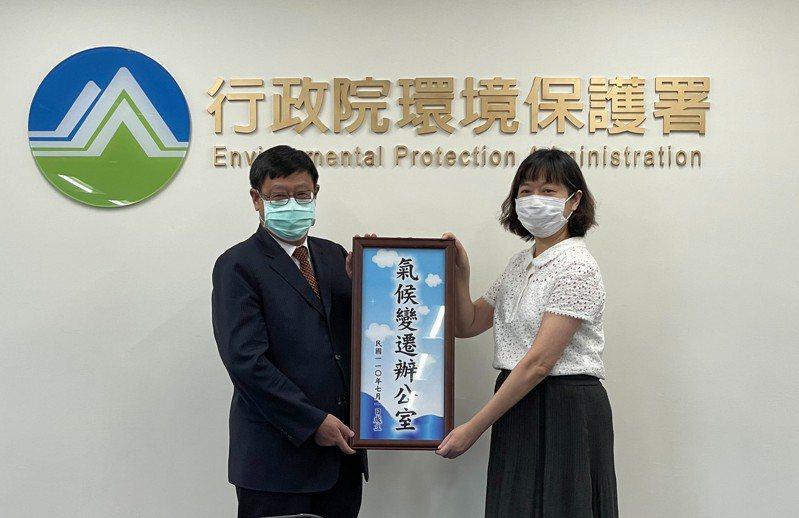 環保署成立氣候變遷辦公室,署長張子敬(左)與氣候變遷辦公室主任蔡玲儀合影。環保署提供
