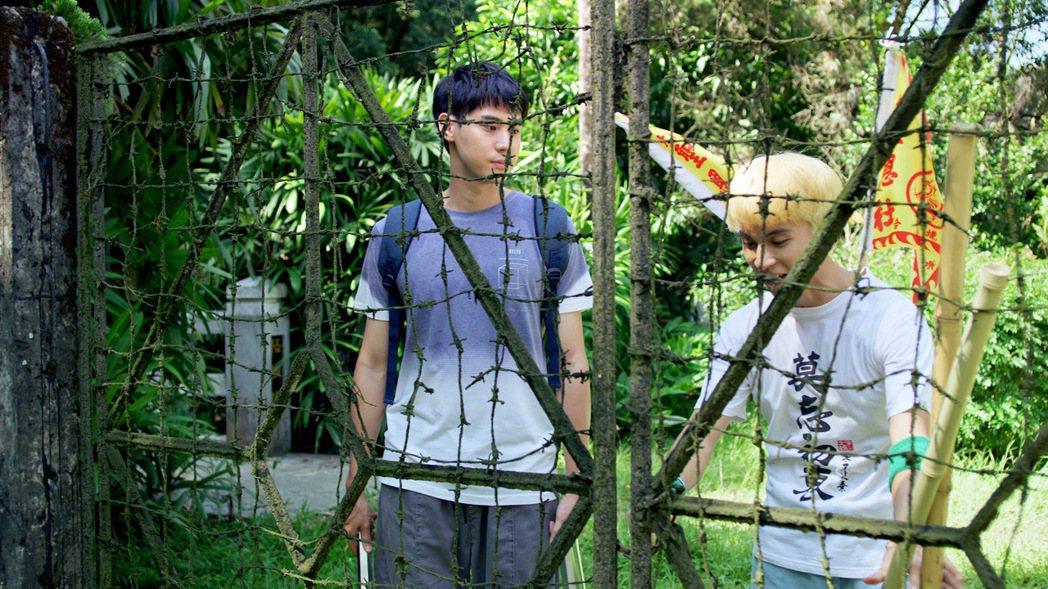 李玉璽(左)、林暉閔餓肚子上戲當搬運工。圖/東森、映畫提供